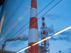 うぉぉぉーー 製紙工場の煙突。 近い。すごい迫力。