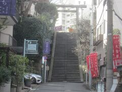 男坂を上って湯島天神へとお詣りに 正しくは「天神石坂」といい、38段の石段坂 湯島神社参拝のための坂だったが、後に本郷から上野広小路に抜ける通り道となったそう