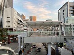 JR「田町」駅芝浦口のデッキの写真。  『msb Tamachi(ムスブ田町)』に向かいます。