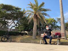 辻堂海浜公園にて一休み。  隣にきれいな公衆トイレがあります。