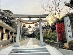 小動(こゆるぎ)神社入口です。  太宰治、銀座のカフェで働いていた19歳の彼女とこの参道を歩いたのかな。