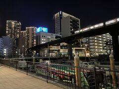 東京モノレールが新芝運河上を通過していきます。