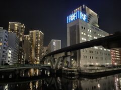 「DHC芝浦流通センター」の奥に『ホテルグレイスリー田町』が あります。  一番高い建物は『芝浦ルネサイトタワー』です。