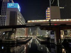 東京モノレールの写真。  運河に映る明かりがステキ。