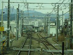 折返し電車のある河辺駅。 左側に新しくホームらしきものを造っていた。