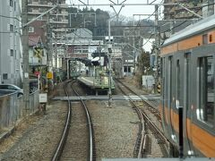 東青梅駅の手前。 手前に新しいポイントが見えているが、東青梅駅では2両分延伸の用地が確保できないので、なんと下り線を廃止して単線ホーム化するらしい。 東京駅からもどんどん通勤電車が乗り入れてくる区間なのに、すごいことしますねえ。