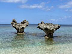 ビーチの左の方から眺めると、左の岩がハートの形をしています。