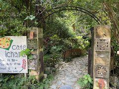 古宇利島からの帰路、「Cafe ichara」で軽めのランチです。