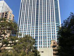 東京・神谷町『The Tokyo EDITION, Toranomon』  2020年10月20日に開業した『東京エディション虎ノ門』の 外観の写真。  東京の虎ノ門・神谷町エリアに誕生した複合施設『東京ワールドゲート』 街区内にある『神谷町トラストタワー』(高さ180cm、地上38階)の 31~36階に位置します。  ひとつ前のブログでは複合施設『東京ワールドゲート』街区内にある グルメなどを載せました↓  <『東京エディション虎ノ門』宿泊記 ① 2020年11月に開業した 複合施設『東京ワールドゲート』街区内のグルメ、【シュマッツ・ビア・ スタンド 東京ワールドゲート】、蕎麦ダイニング【ソバ&コー】神谷町、 『ムスブ田町』、商業施設『田町ステーションタワーN』& 『田町ステーションタワーN』【焼肉トラジ】田町店、 ホテル『プルマン東京田町』、東京タワー>  https://4travel.jp/travelogue/11676518