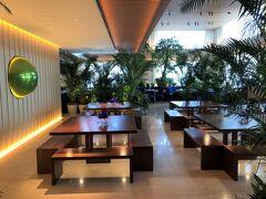 東京・神谷町『The Tokyo EDITION, Toranomon』31F  『東京エディション虎ノ門』の31階のシーティングエリアの写真。  写真奥は、オールデイダイニング【The Blue Room】です。 後ほどご紹介することにします。  写真のテーブル席は、エレベーターホールからロビーエリアに入って すぐ左側に位置し、『東京エディション虎ノ門』の 公式ウェブサイトでは「Marriott Bonvoyデスク」と記載されています。  しかし、この後ご紹介するバー【Lobby Bar】の公式ウェブサイトでは、 「Communal/working tables(共同/作業テーブル)」と 記述されており、120名まで収容可能のバー【Lobby Bar】の シーティングエリアとしても使用されているみたいです。