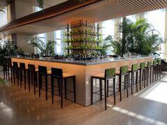 東京・神谷町『The Tokyo EDITION, Toranomon』31F【Lobby Bar】  『東京エディション虎ノ門』の31階のバー【ロビーバー】の写真。  バー【Lobby Bar】はカウンター席とテーブル席とソファ席があります。 窓からは東京湾と東京タワーを望む開放的な造りになっています。  バーカウンター(28席)を中心に、テーブル席、ソファ席を 自由に選んで、カクテルやアフタヌーンティーを楽しむことができます。  <席数> 120名まで収容可能。 バーカウンター:28席、共同/作業テーブル:34席、ソファ:58席