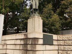 常盤橋公園の渋沢栄一翁像 目の前が日銀です。