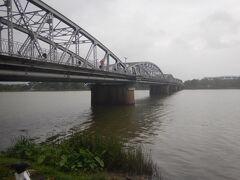 フーン川に架かるチューンティエン橋。 夜はライトアップされてきれいだ。