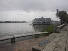 フーン川沿いは彫刻並ぶ公園になっている。 写真は川の中にあるレストラン。