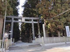 駐車場は本殿の近くにもあるのですが、やはり鳥居をくぐってから参拝します。