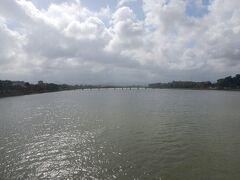 チューンティエン橋から見るフーン川。