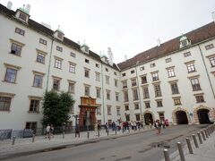 これは王宮の一番古い部分となるスイス宮です。建物の赤い門は16世紀半ばのルネッサンス様式のスイス門です。当時ここには堀があって跳ね橋がかかっていたそうです。