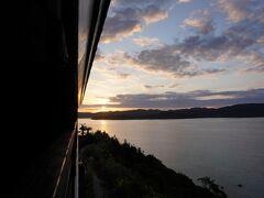 テラスからは朝焼け。 テラスは赤尾木湾に面してます。 左に朝焼け、右側に夕焼けが見れる素敵な場所に建ってます。