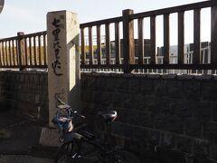 まず七里の渡しへやってきた。  江戸時代では、宮宿(名古屋)から渡し舟に乗って ここまでやってくるのが一般的であったらしい。