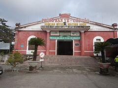 フエ駅。チケット売り場と待合室。 11月29日夜のハノイ行きの寝台列車のチケットを買う。 個室で1025000ドン。日本円で約5000円。