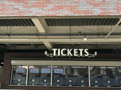 オリックス戦らしい もちろん満席 聞くと 入場者数制限は5,000人だから、シートはかなりの間引きらしい 誰かと一緒でもつまらないかな かなり前から買わないと入れないよう 歓声も聞こえない 静かだ