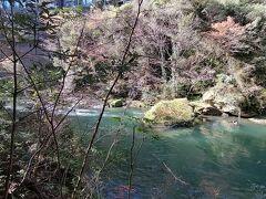 川の色がエメラルドグリーンです。