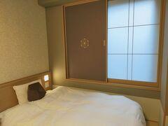 2泊目の宿「天然温泉 蓮花の湯 御宿 野乃 京都七条」着。 京都七条、とありますが、京都駅から歩いて10分くらいの場所にあります。  どこを見ても異様に口コミがよく半信半疑で予約したのですが、、 見ての通りまさに和ホテルという雰囲気で、完全にビジネスホテルの領域を超えていました。(でも料金はビジネスホテル) すごいなあ、このレベル。