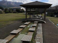 桜島溶岩なぎさ公園足湯総面積約6000平方メートルの広大な公園内に全長約100 M の日本最大級の足湯がある