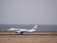 奄美空港の展望デッキ。  減便で、見れたのは1機だけ。 鹿児島に向かう便。