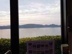 朝食会場のむこうは海。 座席は毎回指定されています。 初日が壁側で だんだんと窓側に近づいてった。 ホテル側の配慮が嬉しい。