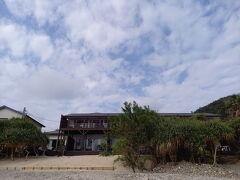 反対側はホテル。 ネイティブシー系列のコテージ風のホテル。 部屋から直接海に出ることが出きるみたい。