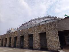 奄美の郷 ドーム状の屋根は修復中で別の生き物みたい。