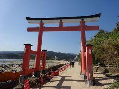 青島は周囲約1.5kmの小さな島だそうです。 やっと到着。 青い空と青い海に映える真っ赤な鳥居。