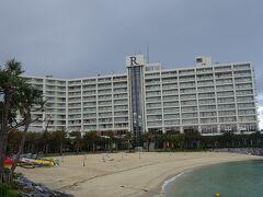ビーチからホテルを見ると、私たちの部屋はかなり左の方です。