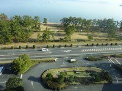 2日目の朝です。 部屋から見える景色はホテルのロータリーと琵琶湖です。