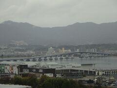 昨日とは見える景色が違う席に座りました。 琵琶湖大橋が見えます。