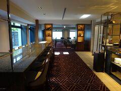 リージェンシークラブは、チェックインなど手続きする部屋とラウンジが縦長になっています。
