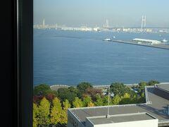 窓から見える景色は山下公園と海が見えて、開放感があります。