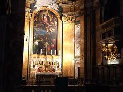 こちらはサンルイジディフランチェージ教会の内部の祭壇です。  この日は曇りということもあり、外からはあまり光がたくさん入ってこないため、教会内は薄暗くなんとも厳かな雰囲気を醸し出していました。