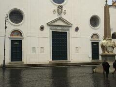 続いて歩いていきます。こちらの白い教会はサンタマリアソプラミネルヴァ教会です。  開いていなかったので出直すこととしました。