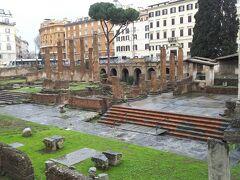 更に歩いていくと、トッレアルジェンティーナ広場。  広場には古代ローマ遺跡があります。