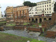 この古代ローマの遺跡をアレアサクラといいます。  中に入ることはできませんが、周りからぐるっと一周、遺跡をみることができます。遺跡のまわりには公共の道路で普通に車も走っています。  このアレアサクラには4つの古代ローマの神殿があります。