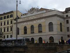 遺跡のすぐそばにはアルジェンティーナ劇場があります。こちらは1732年の建設です。  オペラなどを鑑賞することができます。
