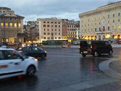 随分と歩いてきましたが、ヴェネツィア広場まで来ました。  ヴェネツィア広場はこんな感じでロータリーになっていますが、背後には素晴らしい記念堂が建てられていて圧巻です!!  イタリアローマの旅2020パート13へ続きます。