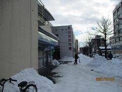 つづいて、秋田駅そばの市民市場。雪が固まって、歩きにくいこと。建物は変わりませんが、数年前から比べて中のお店が減りました。悲しい限りです。