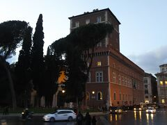 ヴェネツィア広場にはヴェネツィア宮殿もあります。  ただ、記念堂があまりにもすごすぎて、この宮殿が小さく感じられるほどです。内部は博物館となっていますが、さほどこれといった人気の展示物はありません。