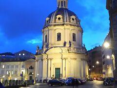 先程のサンティッシモノーメディマリアアルフォロトライアノ教会もライトアップの光が点灯されました。