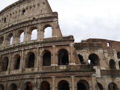 コロッセオにつきました。  教科書でみたことのある建物が自分の目の前にあるというのが不思議な感覚でした。