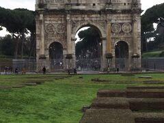 コロッセオ前にはコンスタンティヌスの凱旋門があります。  柵に囲われていてくぐることはできませんが、門の内部の彫刻もきれいに残っていて柵の外からでも見えました。