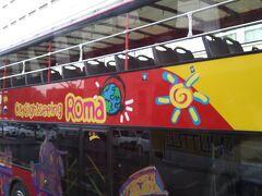 翌朝、乗り降り自由のバスに乗ってコロッセオまで向かいました。  これはオープンバスになっていてローマ主要観光地を巡ってくれるバスです。  こういうのがあるも時間短縮になりますね。しかも乗り降り自由だから自分のペースで見学できるというのがいいなと思います。  ただ、2階は少し寒かったです。